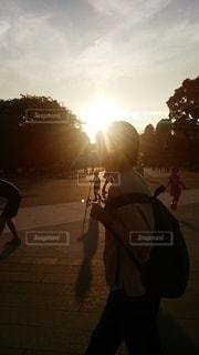 女性,空,太陽,夕焼け,散歩,光