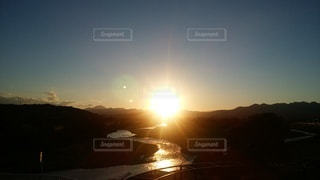 自然,空,屋外,太陽,夕暮れ,川,水面,山,光,爆発