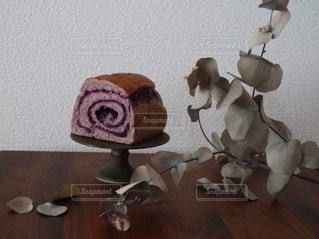 木製のテーブルの上に座っているパンの写真・画像素材[2740933]