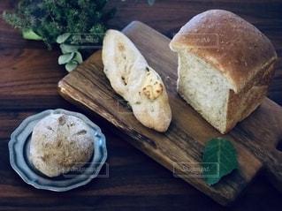 木製のまな板にパンをの写真・画像素材[2741203]