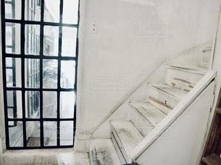 窓の隣の白い階段の写真・画像素材[2741223]