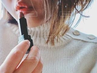 口紅を塗る女性の写真・画像素材[2743807]