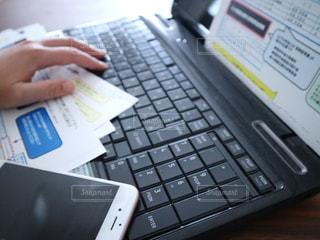 屋内,手,スマホ,オフィス,書類,iphone,暮らし,ペーパー,仕事,作業,ライフスタイル,紙,テキスト,データ入力,資料,確定申告,データ,ノート パソコン,年末調整,書類作成