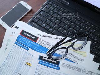 屋内,スマホ,眼鏡,パソコン,書類,iphone,暮らし,ペーパー,仕事,作業,ライフスタイル,紙,テキスト,メガネ,データ入力,資料,確定申告,データ,ノート パソコン,年末調整,書類作成