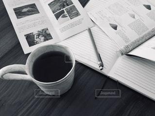 コーヒー,モノクロ,アンティーク,マグカップ,書類,メモ,珈琲,デスク,暮らし,勉強,作業,ライフスタイル,スパイス,紙,手帳,雑然,おしゃれ,資料,データ,ペーパーワーク,シャープペン