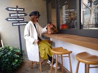 お気に入りのカフェで座ってる人の写真・画像素材[2776705]