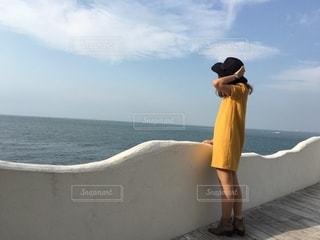 浜辺に立っている人の写真・画像素材[2776717]