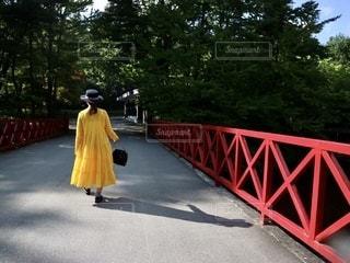 赤い橋を渡る女性の写真・画像素材[2776739]