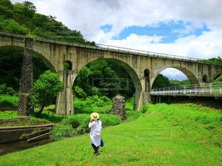 橋を眺める女性の写真・画像素材[2792046]