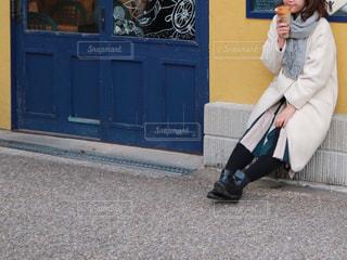 クレープを食べる女性の写真・画像素材[2824445]