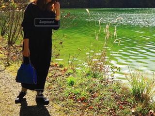 女性,1人,ファッション,風景,屋外,湖,ワンピース,黒,水面,人物,人,シンプル,コーディネート,カジュアル,コーデ,スニーカー,おしゃれ,ブラック,ニットワンピ,黒コーデ,大人カジュアル