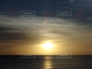 水域に沈む夕日の写真・画像素材[2858808]