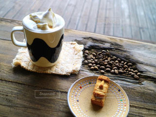 木製のテーブルの上に置くコーヒー1杯の写真・画像素材[2871613]