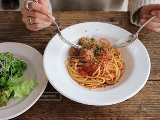 パスタを食べる女性の写真・画像素材[2871617]