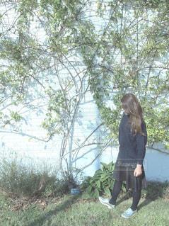 女性,1人,ファッション,風景,屋外,黒,少女,草,樹木,スカート,人物,人,ナチュラル,フィルム,コーディネート,コーデ,ニット,草木,おしゃれ,ブラック,フォトジェニック,オールブラック,黒コーデ,インスタ映え