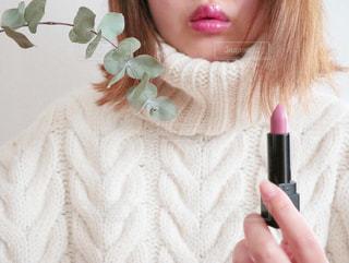 口紅をつける女性の写真・画像素材[2875221]