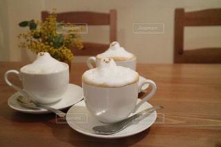 テーブルの上のコーヒーの写真・画像素材[2890508]