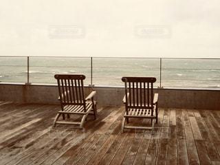 海を眺める木製のベンチの写真・画像素材[2906313]