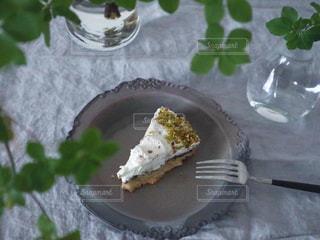 皿の上のケーキの写真・画像素材[3196183]