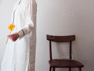 白いパジャマワンピを着た女性の写真・画像素材[3308813]