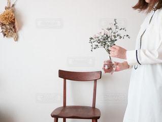 部屋に立っている女性の写真・画像素材[3308812]