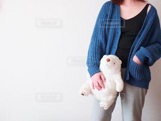 ぬいぐるみを持っている女性の写真・画像素材[3326870]