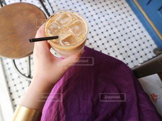 女性,飲み物,カフェ,インテリア,夏,屋内,水,手,氷,ガラス,コップ,人,食器,カフェラテ,cafe,ドリンク,ライフスタイル,飲料,おしゃれ,フォトジェニック,インスタ映え
