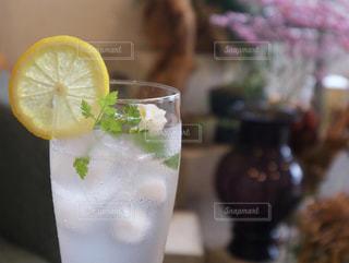 飲み物,インテリア,夏,屋内,ジュース,水,氷,ガラス,テーブル,コップ,食器,レモン,カップ,ドリンク,ライフスタイル,飲料,おしゃれ,フォトジェニック,インスタ映え,ソフトド リンク