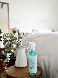 インテリア,屋内,朝日,白,花瓶,部屋,日差し,オシャレ,シンプル,グレー,風,朝,Snapmart,ナチュラル,ホワイト,ライフスタイル,寝室,イメージ,ベッド,清潔感,消臭,PR,レールデュサボン,センシュアルタッチ,せっけんの香り,ファブリックスプレー