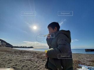 子ども,1人,自然,空,屋外,太陽,ビーチ,砂浜,海岸,光