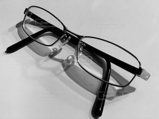 テーブルの上のメガネの写真・画像素材[2762307]