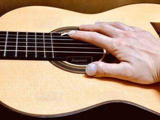 クラシックギターと手の写真・画像素材[2799436]