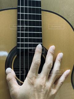 ギターを持つ手の写真・画像素材[2799442]
