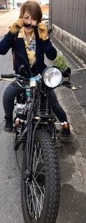 オートバイの後ろに乗っている人の写真・画像素材[2743790]