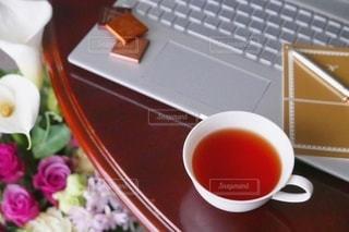 生花とノートパソコンの写真・画像素材[2966001]