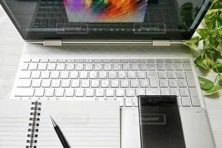 ラップトップノートパソコンで作業中の写真・画像素材[2966015]