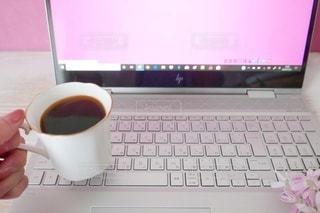 ノートパソコン作業中にコーヒーブレイクタイムの写真・画像素材[2971869]