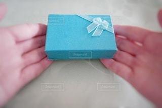 プレゼントボックスを差し出す手の写真・画像素材[2971895]