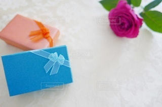 プレゼント小箱とバラの写真・画像素材[2971903]