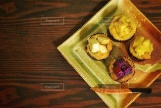 木製のテーブルの上にあるカップケーキの写真・画像素材[2971944]