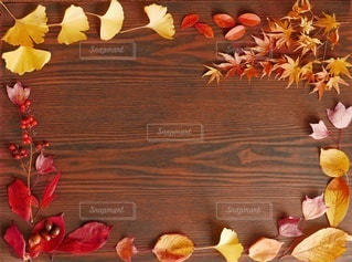 テーブルの上に秋の落ち葉の写真・画像素材[2997569]