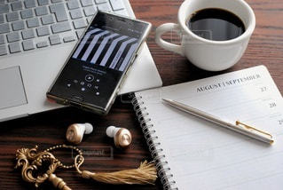木製のテーブルの上に座っているコーヒーを一杯の写真・画像素材[3022890]