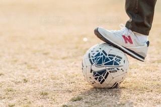 フィールド上のフットボールボールのクローズアップの写真・画像素材[4214960]