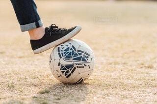フットボールボールを持つ人の写真・画像素材[4214962]