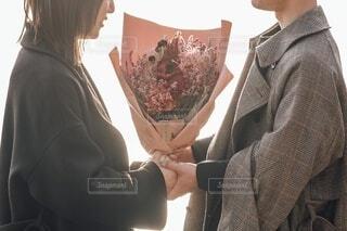 女性の隣に立っているスーツとネクタイを着た男の写真・画像素材[4214968]