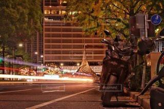 深夜の街とバイクの写真・画像素材[2750917]