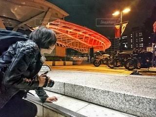 階段からカメラ女子の写真・画像素材[2763914]