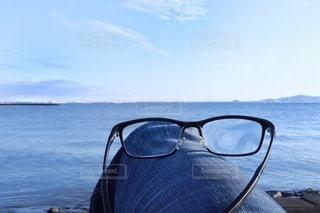 男性,1人,ファッション,海,空,アクセサリー,青空,水平線,眼鏡,癒し,マリンブルー,ブルー,休日,メガネ,遠近両用