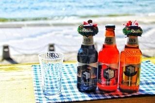 海辺で飲むビールの写真・画像素材[2816571]