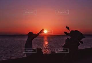 男性,1人,風景,海,空,自撮り,屋外,太陽,ビーチ,夕暮れ,バイク,シルエット,光,夕陽,一人旅,マジックアワー